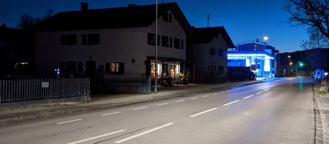 Strasse bei Nacht ohne Autos